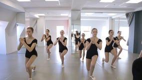 À l'école modèle les jeunes femmes font l'accroupissement clips vidéos