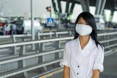 À l'aéroport d'intl de Bangkok avec le masque protecteur Images libres de droits