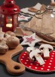 À l'arrière plan avec les champignons de couche et la lanterne rouge Image stock