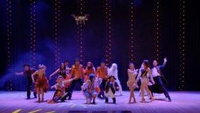 À l'arrière plan de la représentation, bourdon volant tirant les personnes folles sur l'étape dans le théâtre banque de vidéos