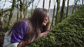 À l'aube la fille se réveille dans la forêt de conte de fées et elle s'étire et sourit banque de vidéos