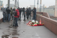 À l'endroit de la mort de Boris Nemtsov Muscovites étendez les fleurs Image libre de droits