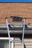 À l'extérieur le toit enflé essente la réparation Photo libre de droits