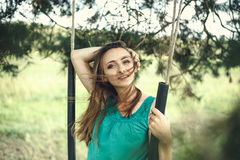 À l'extérieur verticale de beau jeune femme Photos libres de droits