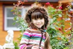 À l'extérieur verticale de fille adorable d'enfant dans le capot Images libres de droits