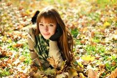 À l'extérieur verticale de fille d'automne dans des lames jaunes Photo stock