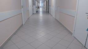 À l'extrémité du couloir d'hôpital une femme banque de vidéos