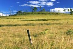 À l'intérieur agricole et champ de ferme Images libres de droits