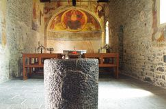 À l'intérieur d'un d'une vieille église Photos stock