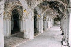 À l'intérieur d'un grand temple à Mandalay photos stock