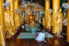 À l'intérieur d'un petit temple à la pagoda de Shwedagon à Yangon Image libre de droits