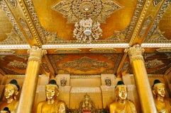 À l'intérieur d'un petit temple d'or à la pagoda de Shwedagon à Yangon Images stock