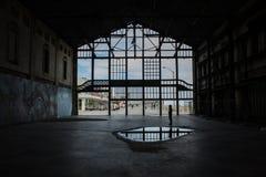 À l'intérieur d'un squelette d'un bâtiment d'abandone Photos libres de droits