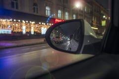 À l'intérieur d'un taxi conduisant par la ville la nuit photographie stock