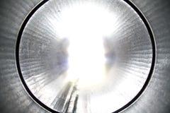 À l'intérieur d'un tuyau en métal image stock