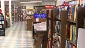 À l'intérieur d'une bonne librairie (1 de 3) banque de vidéos
