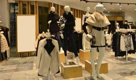à l'intérieur d'une boutique de vêtements de mode, mannequins de mode d'hiver d'automne Photographie stock libre de droits