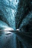 À l'intérieur d'une caverne de glace de l'Islande au glacier de Jokurlsarlon Photos libres de droits
