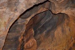 À L'INTÉRIEUR D'UNE CAVERNE DES CAVERNES EN GORGE DE CHEDDAR FORMATIONS NATURELLES DE GEOLOGIAL photo libre de droits