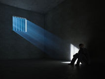 À l'intérieur d'une cellule de prison foncée Image libre de droits