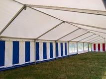 À l'intérieur d'une grande tente de réception Photographie stock libre de droits