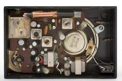 À l'intérieur d'une vieille radio noire de poche Photos stock