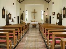 À l'intérieur de d'une église catholique Images stock