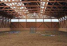 À l'intérieur de d'une base de formation pour des chevaux Images stock