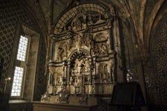 À l'intérieur de du palais de Pena dans Sintra, secteur de Lisbonne, Portugal Albâtre et retable noir de chaux Image stock