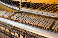 À l'intérieur de du vieux piano Photo libre de droits