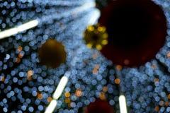 À l'intérieur de l'arbre décoré léger ; bokeh photo stock