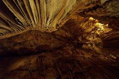 À l'intérieur de la belle caverne foncée avec beaucoup de stalactites Images stock