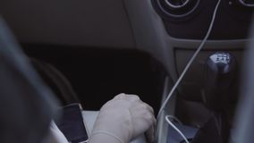 À l'intérieur de la carlingue mobile de voiture avec la transmission manuelle noire avec deux passagers clips vidéos