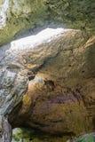 À l'intérieur de la caverne - le toit avec un trou Bulgarie, Devetashka Cav Images libres de droits
