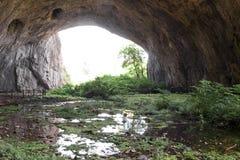 À l'intérieur de la caverne - la sortie Bulgarie, caverne de Devetashka Photo stock