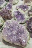À l'intérieur de la géode de quartz d'amathyst Les cristaux géologiques de gemme bleue naturelle bleu vert de quartz donnent au f image stock