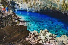 À l'intérieur de la grotte de Lago Azul, une grotte avec un lac avec le transp Photo libre de droits