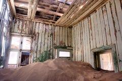 À l'intérieur de la maison abandonnée dans le désert Photo stock