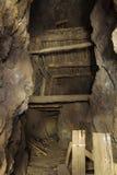 À l'intérieur de la mine d'or abandonnée photographie stock libre de droits