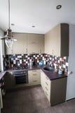 À l'intérieur de la petite et confortable cuisine Photos stock