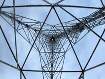 À l'intérieur de la tour de transmission photo libre de droits