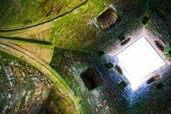 À l'intérieur de la tour de massif de roche de Glastonbury sur la colline de Glastonbury Image stock
