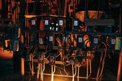 À l'intérieur de la vieille usine abandonnée Câbles industriels rouillés de réservoirs, et tuyaux photo libre de droits