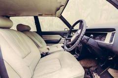 À l'intérieur de la voiture abandonnée Images stock