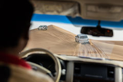 À l'intérieur de la voiture qui voyagent dans le sable dunaire par 4x4 outre de la route chez Dubaï Image libre de droits
