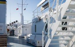 À l'intérieur de la vue du ferry Gaudos de Gozo avec l'équipement, les drapeaux, la tour, les sièges, les articles et les escalie image stock