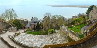 À l'intérieur des murs de Mont Saint-Michel (Frances) Panorama de ressort Image libre de droits