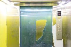 À l'intérieur du petit ascenseur image libre de droits