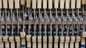 À l'intérieur du piano : ficelle, goupilles et marteaux banque de vidéos