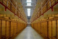 À l'intérieur du quartier cellulaire vide d'Alcatraz images libres de droits